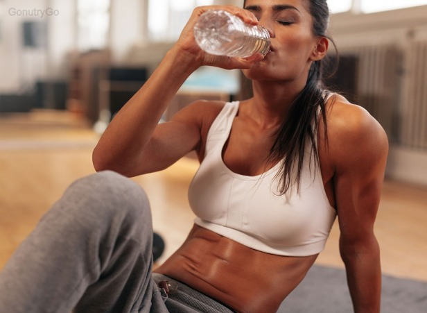 woman-drinking-water-workout